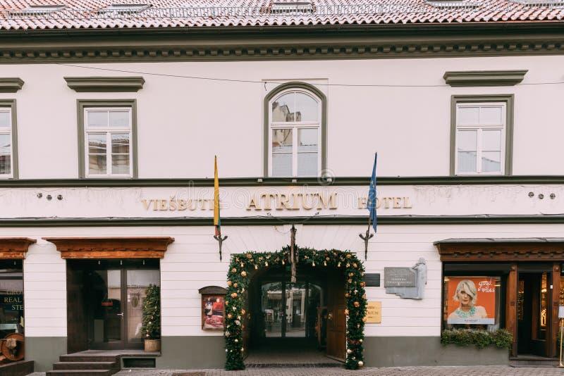 Vilnius, Lituania Costruzione dell'hotel dell'atrio con natale di Natale immagine stock libera da diritti
