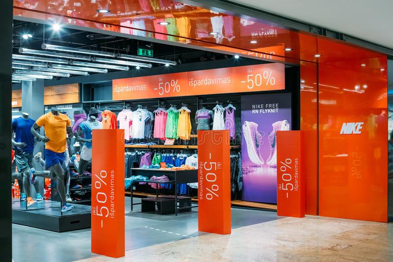 Vilnius Lituania Entrata a Nike Store At Acropolis Shopping fotografia stock libera da diritti