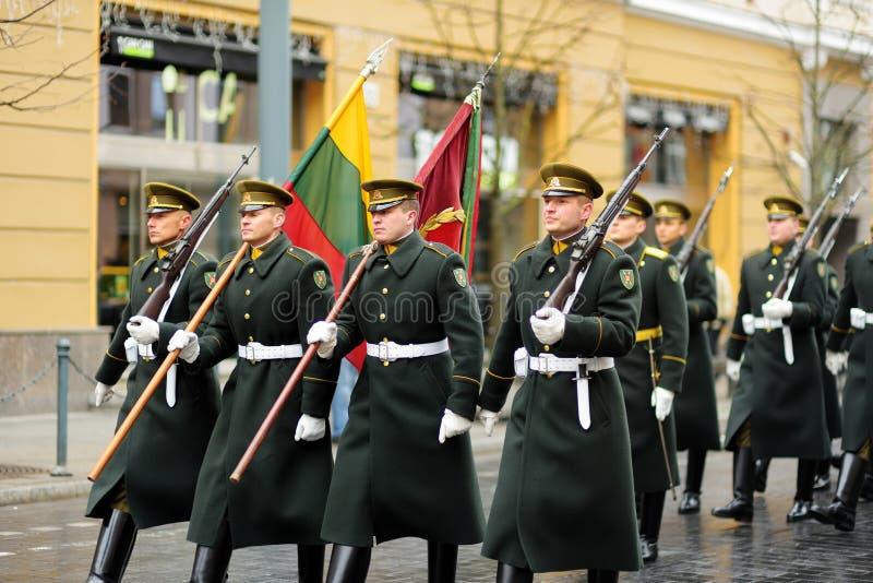 VILNIUS, LITUANIA - 11 MARZO 2017: Parata festiva come la Lituania ha segnato il ventisettesimo anniversario del suo ripristino d fotografia stock