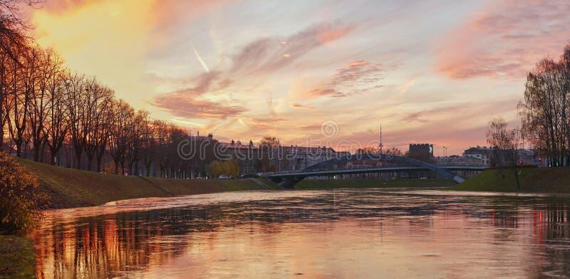 Vilnius, Lituania Neris River al tramonto cityscape immagine stock libera da diritti