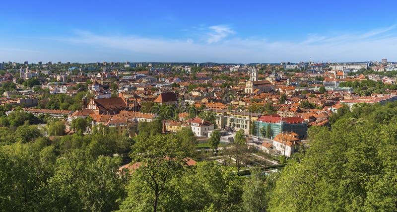 Vilnius miasto z kafelkowymi dach katedrami i kościół nowożytnymi budynkami na horyzoncie obraz stock