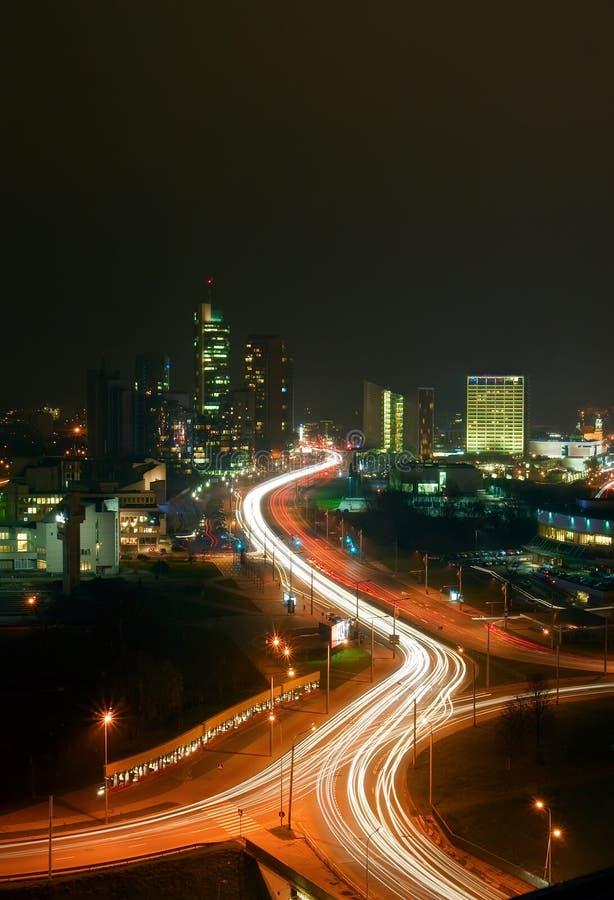 Vilnius in Nacht stock afbeelding