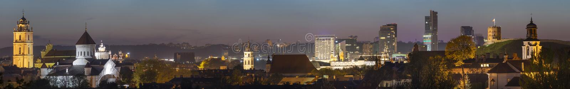 Vilnius nocy stara grodzka panorama z pięknymi iluminującymi budynkami zdjęcia stock