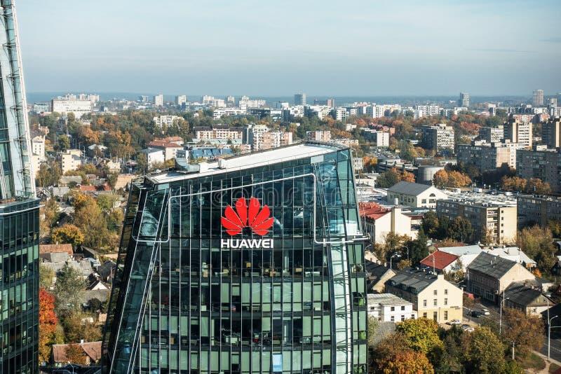 Vilnius Oktober 10, 2018: Huawei logo på en byggnad i Vilnius, Litauen Huawei leder den globala familjeförsörjaren av royaltyfri foto