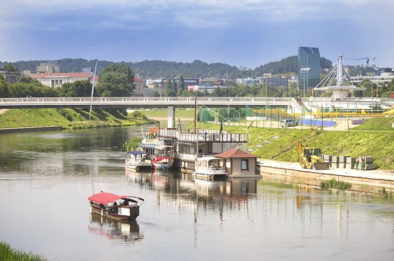 Vilnius panorama nära den vita bron över den Neris floden arkivfoto