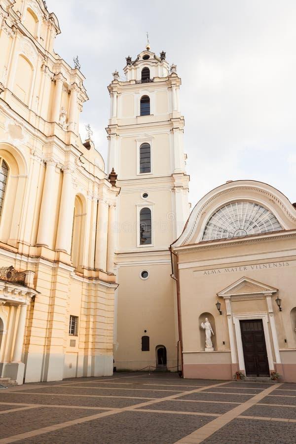 Vilnius universitet, St Johns kyrka och klockstapel fotografering för bildbyråer