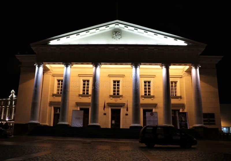 Vilnius urząd miasta przy nocą Lithuania zdjęcie stock