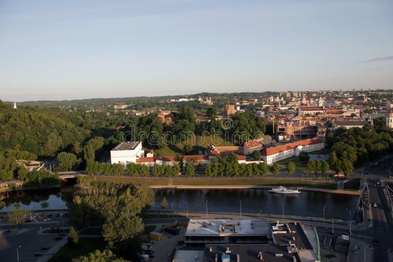 VILNIUS: Vogelperspektive alter Stadt Vilnius, Fluss Neris in Vilnius, Litauen lizenzfreie stockbilder