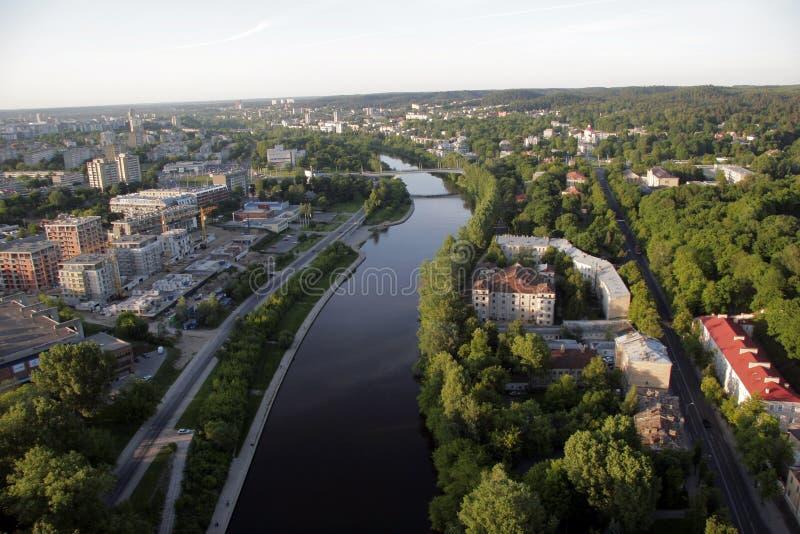 VILNIUS: Vogelperspektive alter Stadt Vilnius, Fluss Neris in Vilnius, Litauen lizenzfreie stockfotos