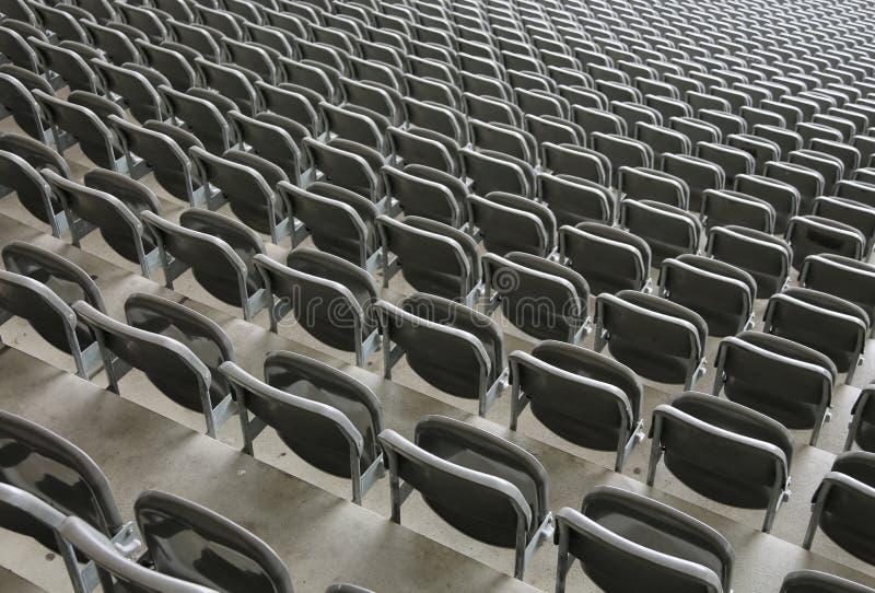 vilstolar på stadionblekarna med inga personer för fotografering för bildbyråer