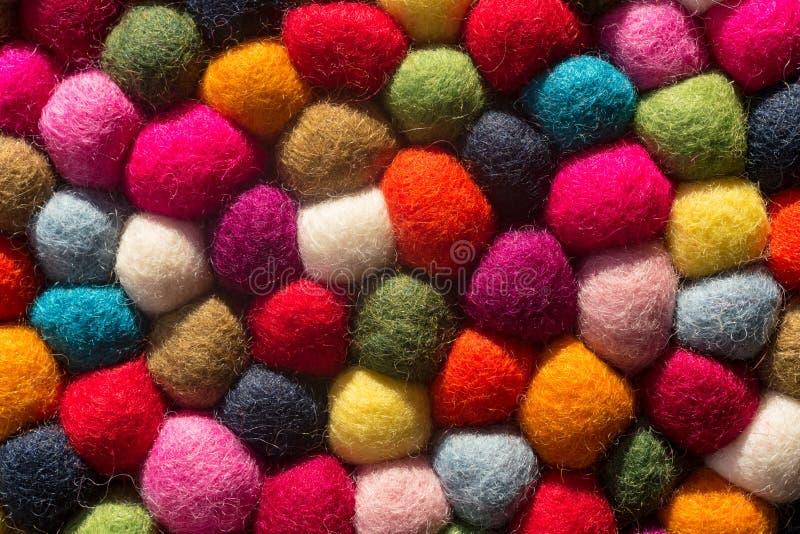 Viltbekledingsachtergrond: hoogste mening van multicolored wollen ballen royalty-vrije stock foto's