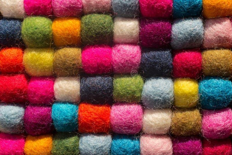Viltbekledingsachtergrond: hoogste mening van multicolored wollen ballen royalty-vrije stock afbeelding