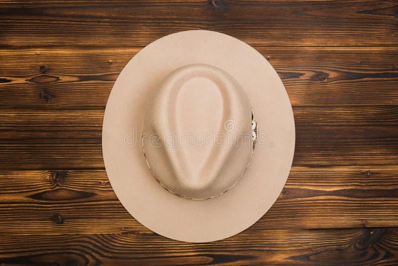 Vilten hoed op houten achtergrond royalty-vrije stock foto
