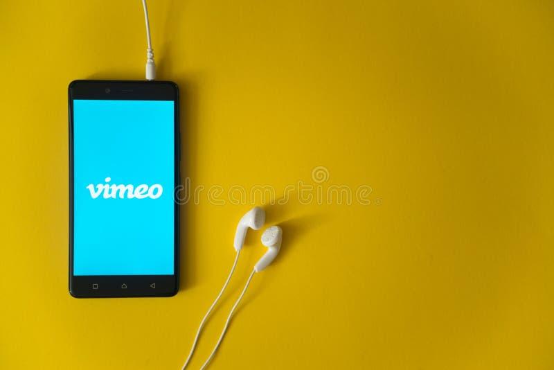 Vimeoembleem op het smartphonescherm op gele achtergrond royalty-vrije stock afbeeldingen