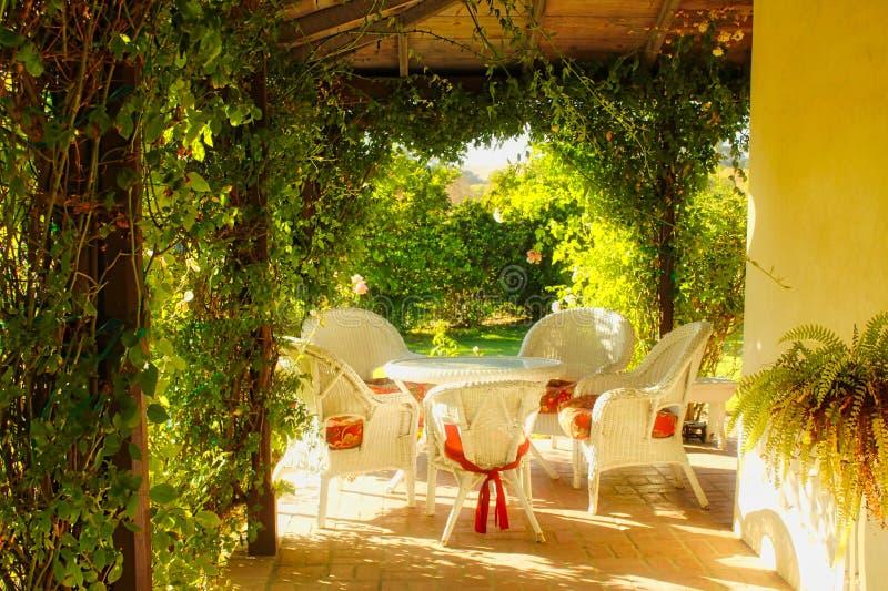 Vimine della sedia di tavola della mobilia del patio fotografia stock