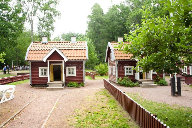 VIMMERBY SVERIGE - Juni 19 2018 - värld för Astrid Lindgren ` s, Astrid Lindgrens Varld nöjesfält Bullerby bullrig by royaltyfri fotografi
