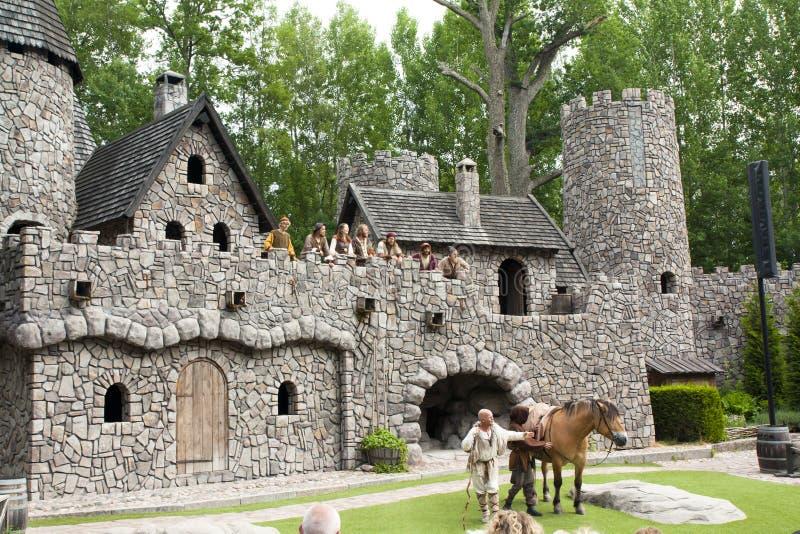 VIMMERBY SVERIGE - Juni 19, 2018 - världen för Astrid Lindgren ` s, Astrid Lindgrens Varld är ett nöjesfält Slott för Ronia ` s fotografering för bildbyråer