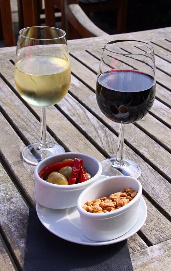 Vin avec des olives et des noix photos libres de droits