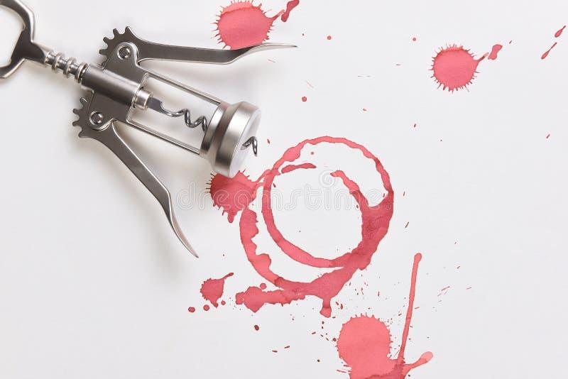 Vin befläcker den kork- och för vingstilkork skruven på konstpapper arkivbilder