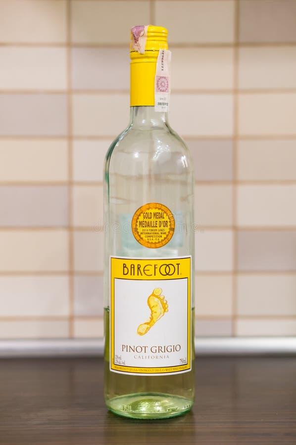 Vin blanc aux pieds nus images stock