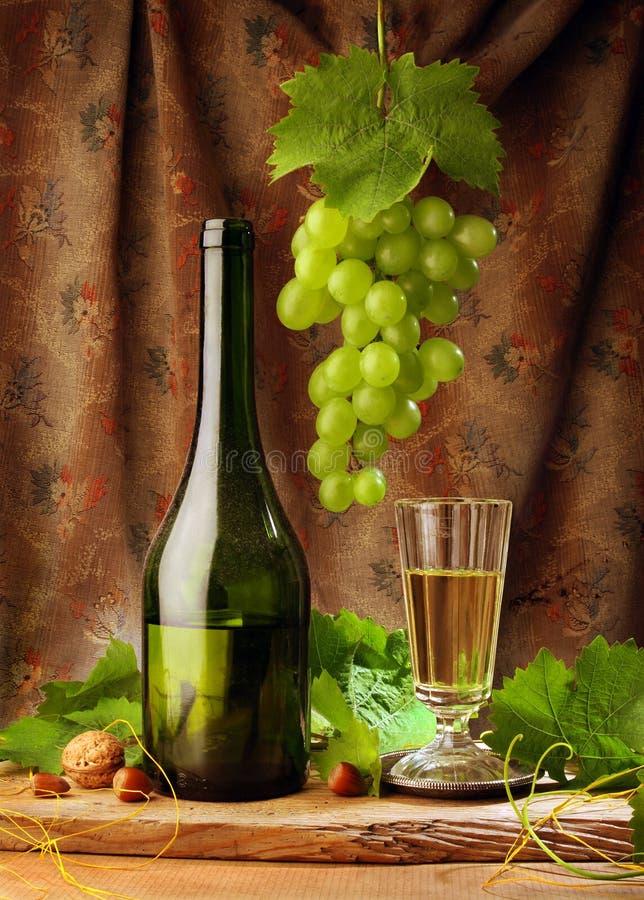Vin blanc avec la draperie image libre de droits