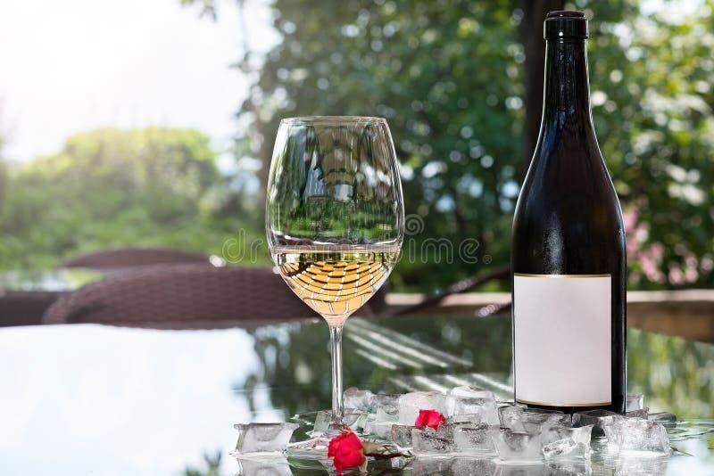 Vin blanc dans un verre avec de la glace, vieux fond en bois, foyer sélectif photos libres de droits