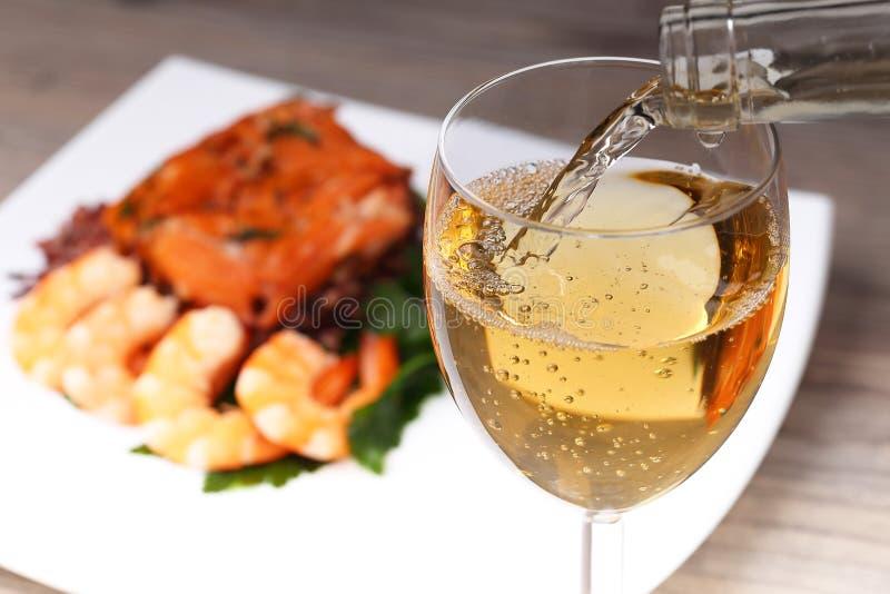 Vin blanc et fond de versement image stock