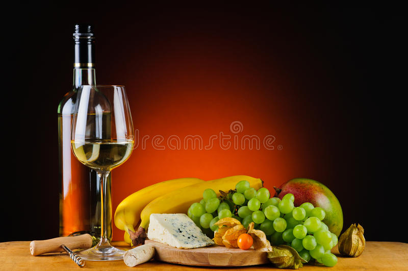 Vin blanc, fromage et fruits image libre de droits