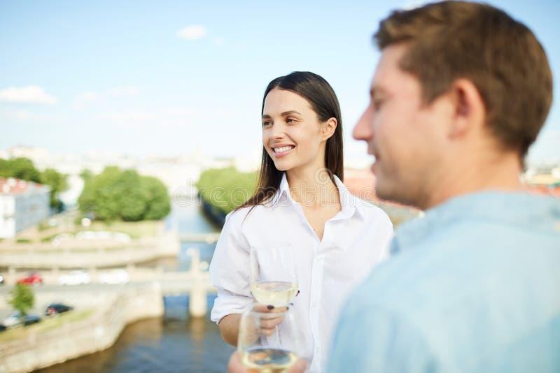 Vin blanc potable à la date photographie stock