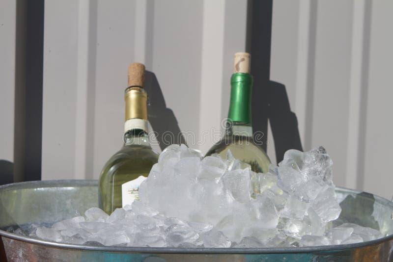 Vin blanc sur la glace photo libre de droits