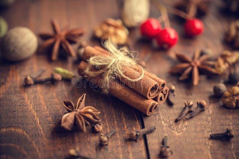 Vin brulé caldo di Natale con le spezie fotografia stock libera da diritti