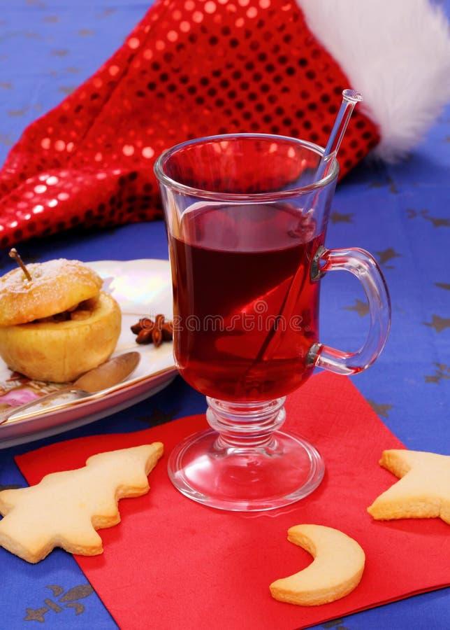 Vin brulé con i biscotti e la mela al forno fotografia stock