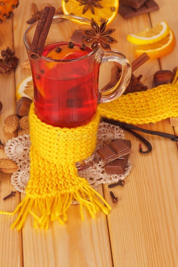 Vin brulé con l'arancia, chiodi di garofano, anice, cannella su legno leggero fotografie stock