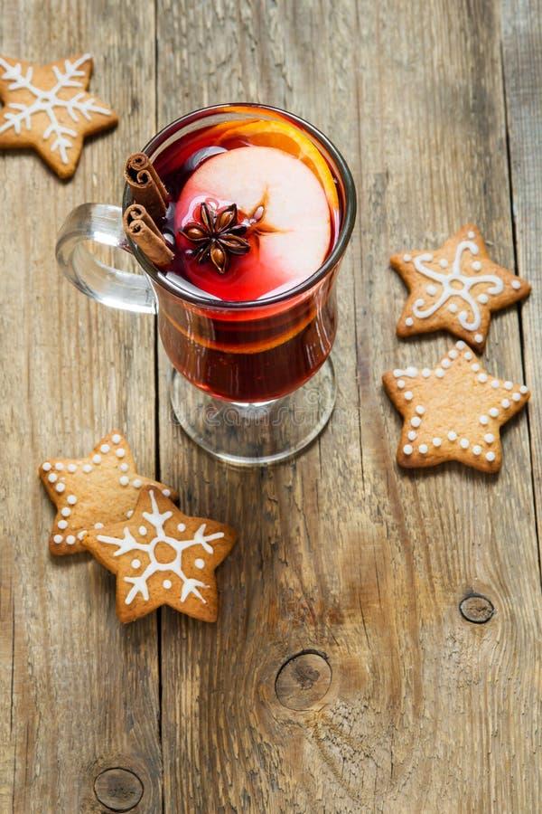 Vin brulé di Natale con i biscotti immagini stock
