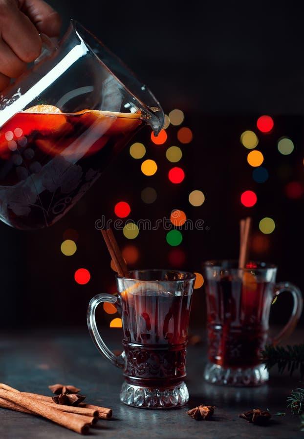 Vin brulé tradizionale di inverno in ornamento d'annata di natale e di vetro sul fondo delle luci, sul fuoco selettivo e sull'imm fotografie stock