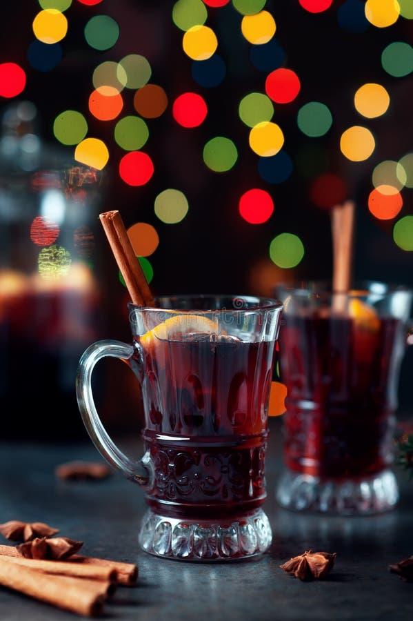 Vin brulé tradizionale di inverno in ornamento d'annata di natale e di vetro sul fondo delle luci, sul fuoco selettivo e sull'imm fotografia stock