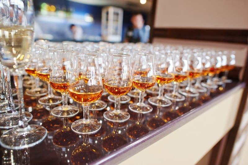 Vin, champagne, verres de cognac images libres de droits