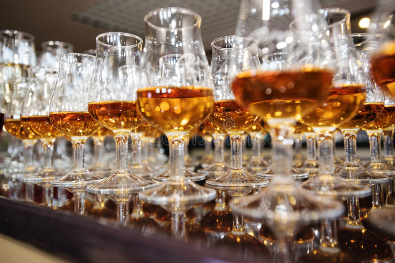 Vin, champagne, verres de cognac photos stock