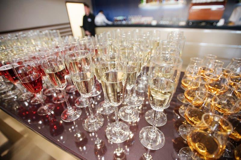 Vin, champagne, verres de cognac images stock