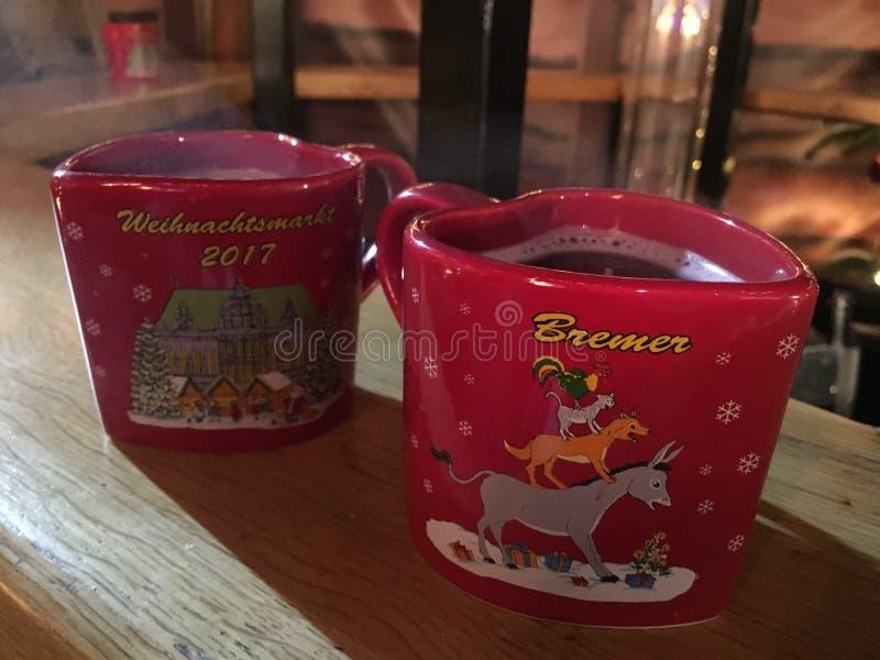 Vin chaud au marché de Noël de Brême Allemagne photos libres de droits