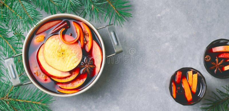Vin chaud, boisson épicée chaude avec l'orange et Apple dans un pot de cru images libres de droits