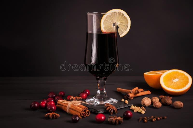 Vin chaud, boisson chaude sur un fond noir image stock