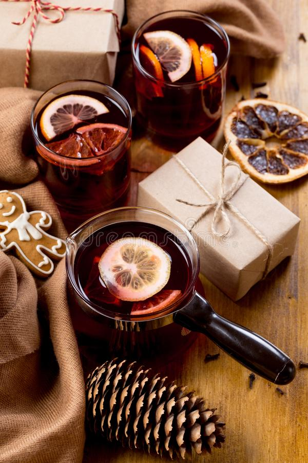 Vin chaud dans la tasse en verre avec des épices Boisson chaude de Noël sur la table en bois Vue supérieure photographie stock libre de droits