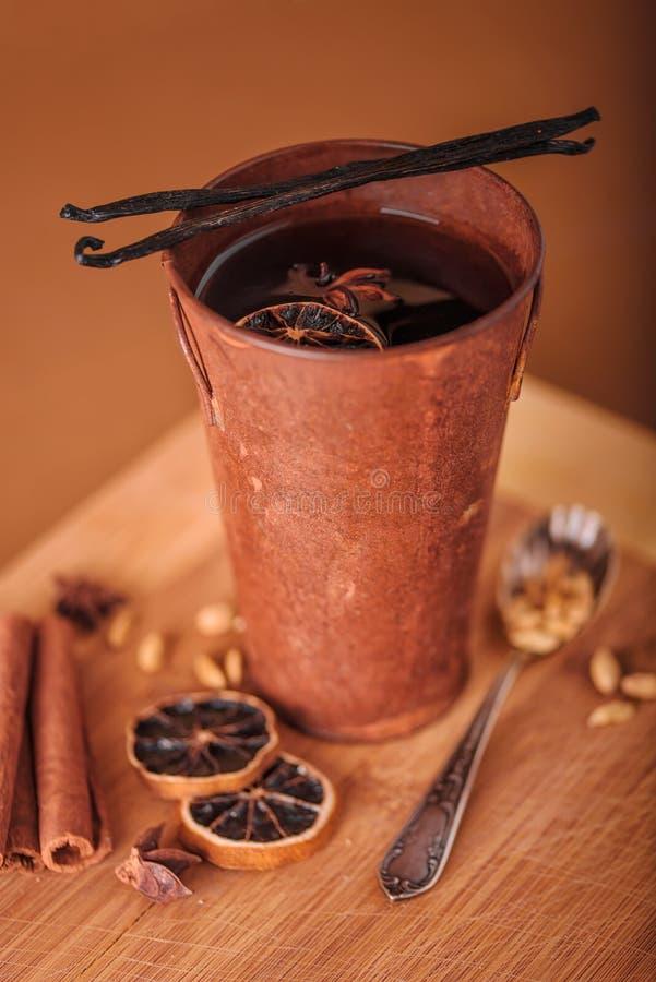 Vin chaud dans la tasse rustique en métal image stock