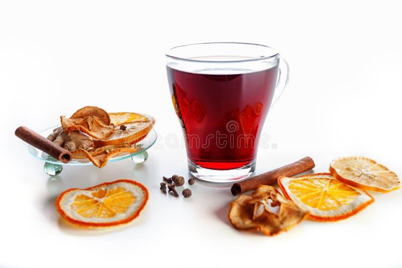 vin chaud dans un verre avec les pices le gingembre la cannelle et le fruit sur un fond blanc. Black Bedroom Furniture Sets. Home Design Ideas