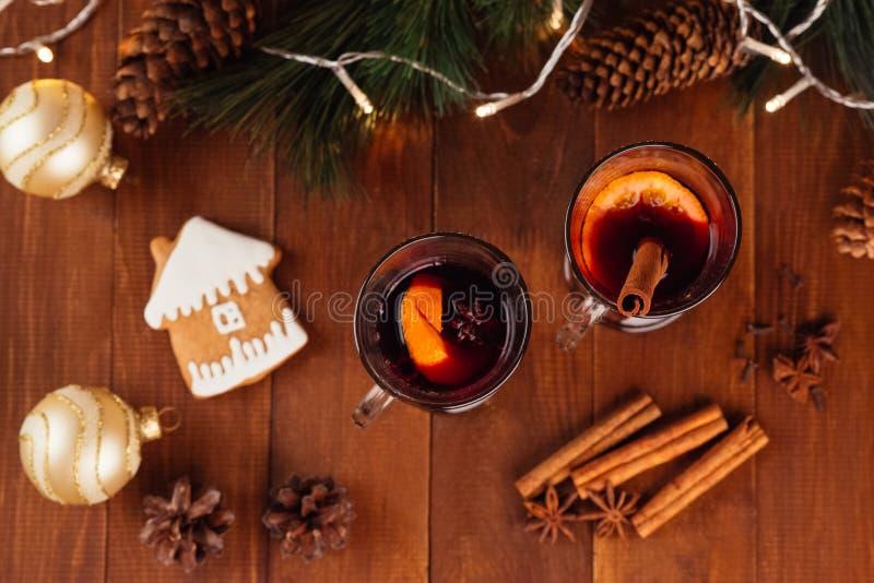Vin chaud de Noël avec des épices image stock