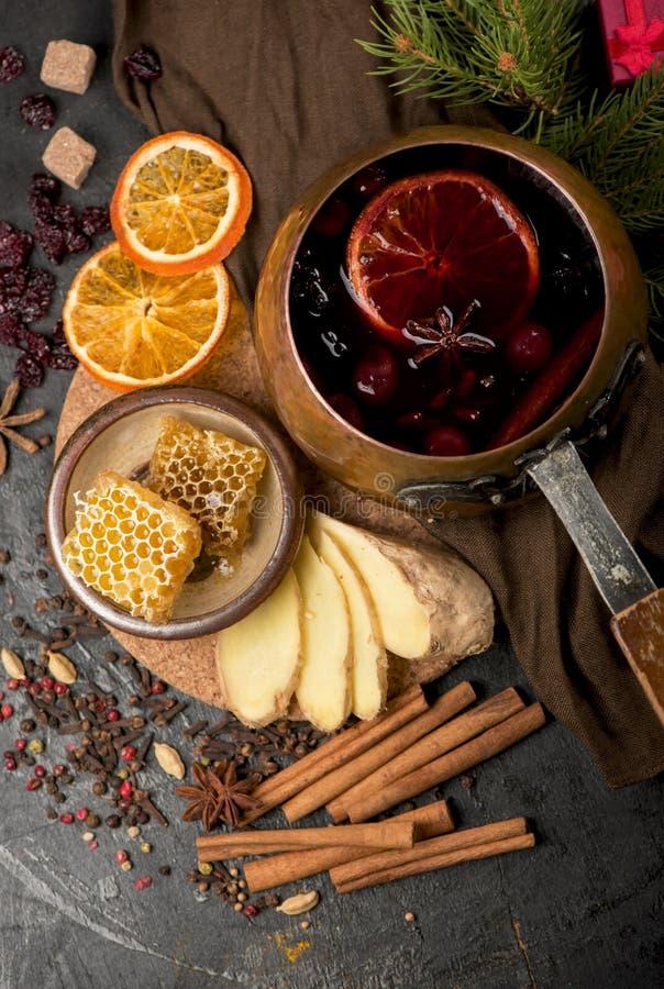 Vin chaud chaud de Noël avec le cardamome et l'anis sur le fond en bois images libres de droits