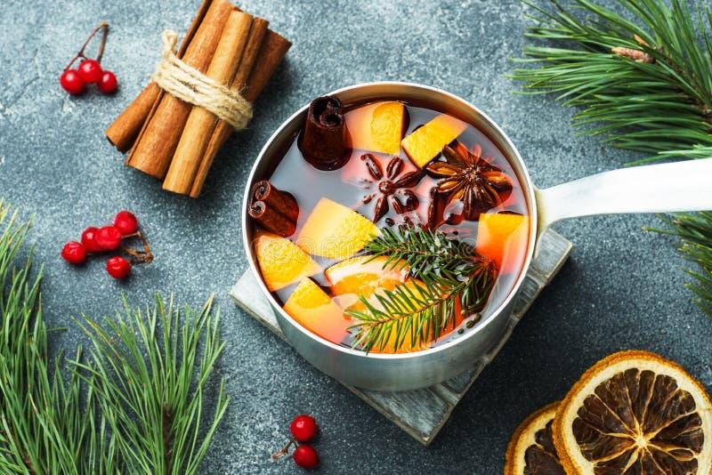 Vin chaud de Noël avec les épices et le fruit sur la table Concept d'an neuf images stock