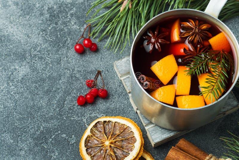 Vin chaud de Noël avec les épices et le fruit sur la table Concept d'an neuf images libres de droits