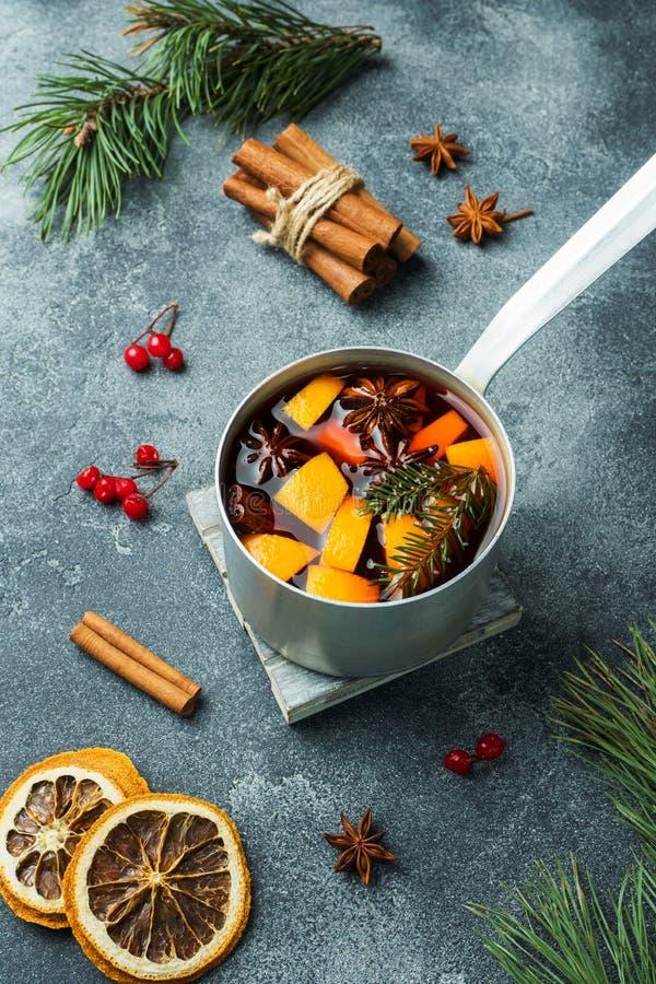 Vin chaud de Noël avec les épices et le fruit sur la table Concept d'an neuf photo stock